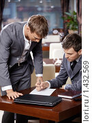Купить «Два бизнесмена заключают деловой контракт», фото № 1432569, снято 14 января 2010 г. (c) Raev Denis / Фотобанк Лори