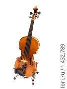 Старая скрипка на подставке. Изолированно. Стоковое фото, фотограф Kribli-Krabli / Фотобанк Лори