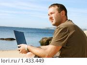 Купить «Мужчина, работающий на ноутбуке на пляже», фото № 1433449, снято 21 сентября 2009 г. (c) Дмитрий Яковлев / Фотобанк Лори
