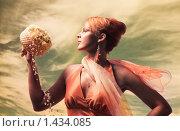 Купить «Рыжеволосая девушка с букетом на фоне неба», фото № 1434085, снято 9 июня 2007 г. (c) Andrejs Pidjass / Фотобанк Лори