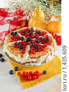 Блинный пирог с голубикой и красной смородиной. Стоковое фото, фотограф Лисовская Наталья / Фотобанк Лори