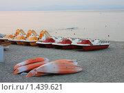 Катамараны и лодки, сложенные на песчаном пляже (2008 год). Редакционное фото, фотограф Галина Новикова / Фотобанк Лори