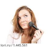 Купить «Девушка наносит пудру на лицо», фото № 1445561, снято 2 ноября 2009 г. (c) Яков Филимонов / Фотобанк Лори