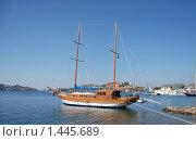 Пришвартованная к берегу двухмачтовая яхта (2008 год). Стоковое фото, фотограф Елена Реднева / Фотобанк Лори