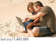 Купить «Мужчина и девушка, работающие на ноутбуке на пляже», фото № 1447089, снято 21 сентября 2009 г. (c) Дмитрий Яковлев / Фотобанк Лори