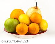 Купить «Фрукты в тарелке», фото № 1447353, снято 2 февраля 2010 г. (c) Василий Вишневский / Фотобанк Лори