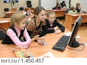 Купить «Девочки за компьютером на уроке информатики», эксклюзивное фото № 1450457, снято 24 октября 2009 г. (c) Вячеслав Палес / Фотобанк Лори
