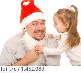 Купить «Девочка и мужчина одетый в Санта-Клауса», фото № 1452089, снято 29 ноября 2008 г. (c) Валентин Мосичев / Фотобанк Лори