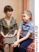Купить «Разговор мамы с сыном», эксклюзивное фото № 1453133, снято 6 февраля 2010 г. (c) Мария Зубарева / Фотобанк Лори