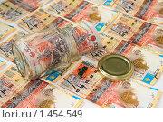 Купить «Деньги в стеклянной банке», фото № 1454549, снято 5 февраля 2010 г. (c) Александр Малышев / Фотобанк Лори