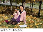Купить «Радостная студентка», фото № 1455265, снято 8 октября 2009 г. (c) Зореслава / Фотобанк Лори