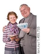 Купить «Счастливая пожилая пара с деньгами», фото № 1455733, снято 19 января 2008 г. (c) Сергей Лаврентьев / Фотобанк Лори