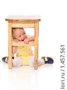 Купить «Ребенок плачет под табуреткой», фото № 1457561, снято 22 января 2010 г. (c) Ольга Сапегина / Фотобанк Лори