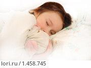 Купить «Девочка спит с игрушкой», фото № 1458745, снято 22 июня 2018 г. (c) Никонор Дифотин / Фотобанк Лори