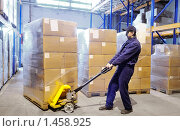 Купить «Рабочий склада», фото № 1458925, снято 29 января 2010 г. (c) Дмитрий Калиновский / Фотобанк Лори
