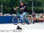 Купить «Катание на BMX велосипеде на соревнованиях», фото № 1462601, снято 15 августа 2009 г. (c) Кекяляйнен Андрей / Фотобанк Лори