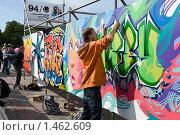 Купить «Молодой человек рисует граффити на конкурсе», фото № 1462609, снято 15 августа 2009 г. (c) Кекяляйнен Андрей / Фотобанк Лори