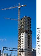 Купить «Строительство высотного блочного жилого дома на фоне ясного синего неба», фото № 1465281, снято 21 марта 2009 г. (c) Max Toporsky / Фотобанк Лори