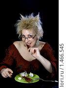 Купить «Блондинка ест перец и чеснок», фото № 1466545, снято 17 января 2010 г. (c) Valeriy Novikov / Фотобанк Лори