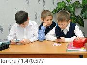 Купить «Дети играют на перемене на мобильном телефоне», эксклюзивное фото № 1470577, снято 16 марта 2009 г. (c) Вячеслав Палес / Фотобанк Лори
