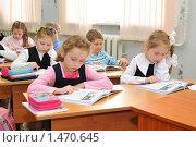 Купить «Дети на уроке в первом классе», эксклюзивное фото № 1470645, снято 31 марта 2009 г. (c) Вячеслав Палес / Фотобанк Лори