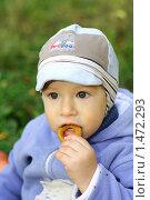 Ребенок ест сушку (2009 год). Редакционное фото, фотограф Лизунова Анастасия / Фотобанк Лори
