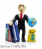 Купить «Человек с кредитными картами, глобусом и мешком долларов на белом фоне», эксклюзивное фото № 1475701, снято 8 февраля 2010 г. (c) Юрий Морозов / Фотобанк Лори
