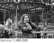 Купить «Девушка поправляет волосы на фоне карусели», фото № 1480969, снято 27 сентября 2009 г. (c) Софья Петрова / Фотобанк Лори