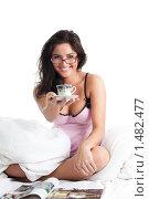 Улыбающаяся девушка предлагает чашку кофе, изолированно на белом фон. Стоковое фото, фотограф Сергей Новиков / Фотобанк Лори