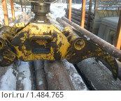 Манипулятор грузит древесину. Стоковое фото, фотограф Валерий Нестеров / Фотобанк Лори