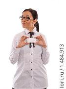 Девушка в очках, демонстрирующая визитку (белую карточку), на белом фоне. Стоковое фото, фотограф Михаил Пименов / Фотобанк Лори