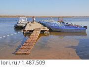 Купить «Лодки и катер у понтона», эксклюзивное фото № 1487509, снято 7 апреля 2009 г. (c) Алёшина Оксана / Фотобанк Лори
