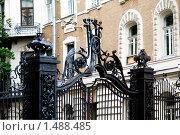 Купить «Кованные ворота московского дворика», фото № 1488485, снято 6 июля 2007 г. (c) Владимир Фаевцов / Фотобанк Лори