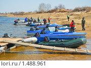 Купить «Люди и лодки», эксклюзивное фото № 1488961, снято 12 апреля 2009 г. (c) Алёшина Оксана / Фотобанк Лори