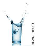 Купить «Всплеск воды в стеклянном стакане», фото № 1489713, снято 7 декабря 2009 г. (c) Ярослав Данильченко / Фотобанк Лори
