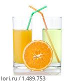 Купить «Два стакана сока с соломинками и апельсин», фото № 1489753, снято 21 января 2010 г. (c) Ярослав Данильченко / Фотобанк Лори