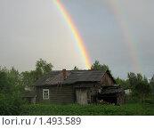 Двойная радуга над старым деревенским домом. Стоковое фото, фотограф Вера Попова / Фотобанк Лори