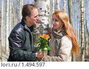 Купить «Мужчина дарит женщине букет цветов в березовой роще», фото № 1494597, снято 1 мая 2009 г. (c) Куликов Константин / Фотобанк Лори