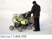 Купить «Мужчина с двумя детскими колясками», эксклюзивное фото № 1494709, снято 21 февраля 2010 г. (c) Вячеслав Палес / Фотобанк Лори