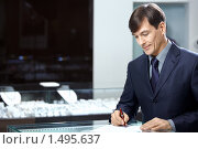 Купить «Бизнесмен подписывает документ», фото № 1495637, снято 26 января 2010 г. (c) Raev Denis / Фотобанк Лори