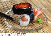 Суши с имбирем и васаби на стеклянной тарелке. Стоковое фото, фотограф Александр Евсюков / Фотобанк Лори