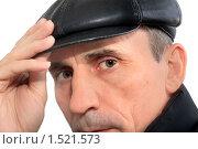 Лицо мужчины в кепке крупным планом на белом фоне. Стоковое фото, фотограф Левончук Юрий / Фотобанк Лори