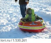 Мужчина везет ребенка на горку (2010 год). Редакционное фото, фотограф Татьяна Трофимова / Фотобанк Лори