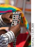 Купить «Ремень бисера в руках», фото № 1531309, снято 29 июля 2008 г. (c) Ельчанинов Вячеслав / Фотобанк Лори