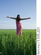 Молодая женщина в зеленом поле. Стоковое фото, фотограф Яков Филимонов / Фотобанк Лори