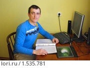 Мужчина рассматривает документы на кредит (2010 год). Редакционное фото, фотограф Оксана Кабрина / Фотобанк Лори