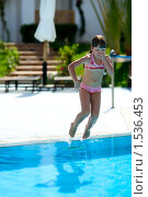 Купить «Девочка прыгает в бассейн, зажав нос», фото № 1536453, снято 18 февраля 2010 г. (c) Ольга Сапегина / Фотобанк Лори