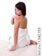 Купить «Красивая девушка, обернутая полотенцем, с баночкой крема на белом фоне», фото № 1542153, снято 2 марта 2010 г. (c) Мельников Дмитрий / Фотобанк Лори