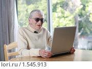 Купить «Пожилая дама с ноутбуком», фото № 1545913, снято 4 мая 2007 г. (c) Константин Сутягин / Фотобанк Лори