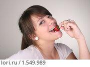 Девушка кушает клубнику. Стоковое фото, фотограф Багрова Алеся / Фотобанк Лори